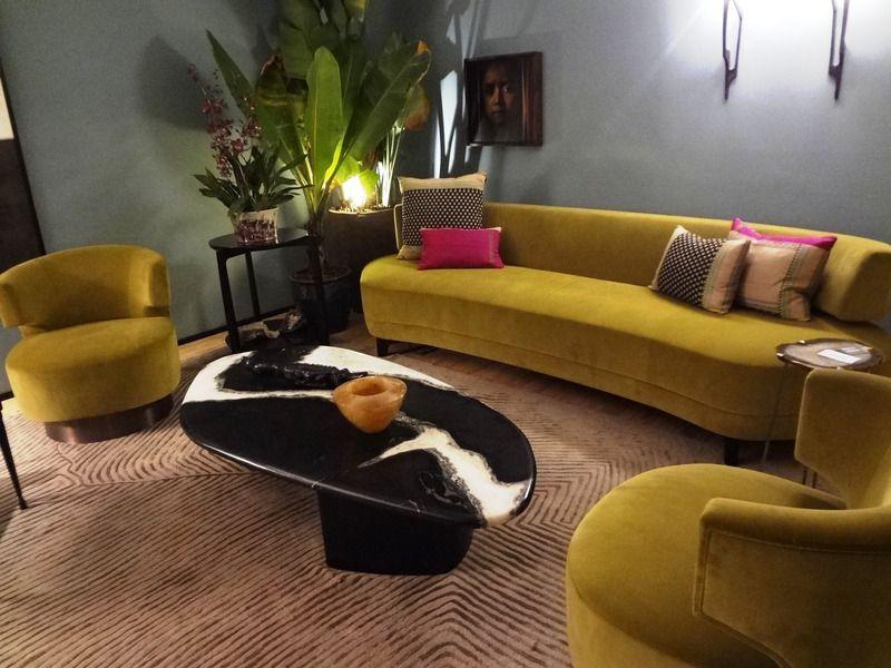 żółta kanapa w salonie