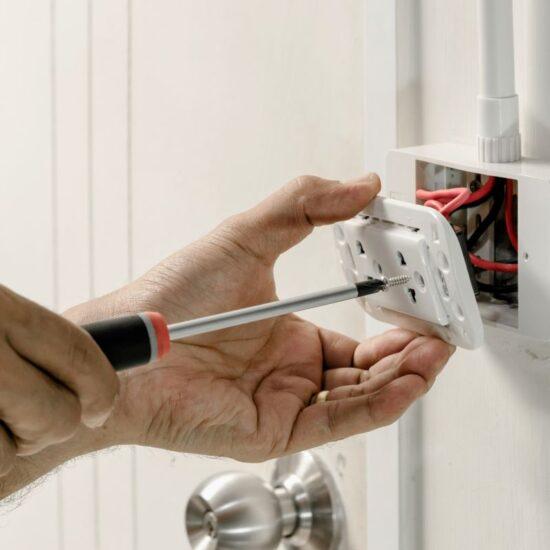 zalety elektrycznej instalacji natynkowej