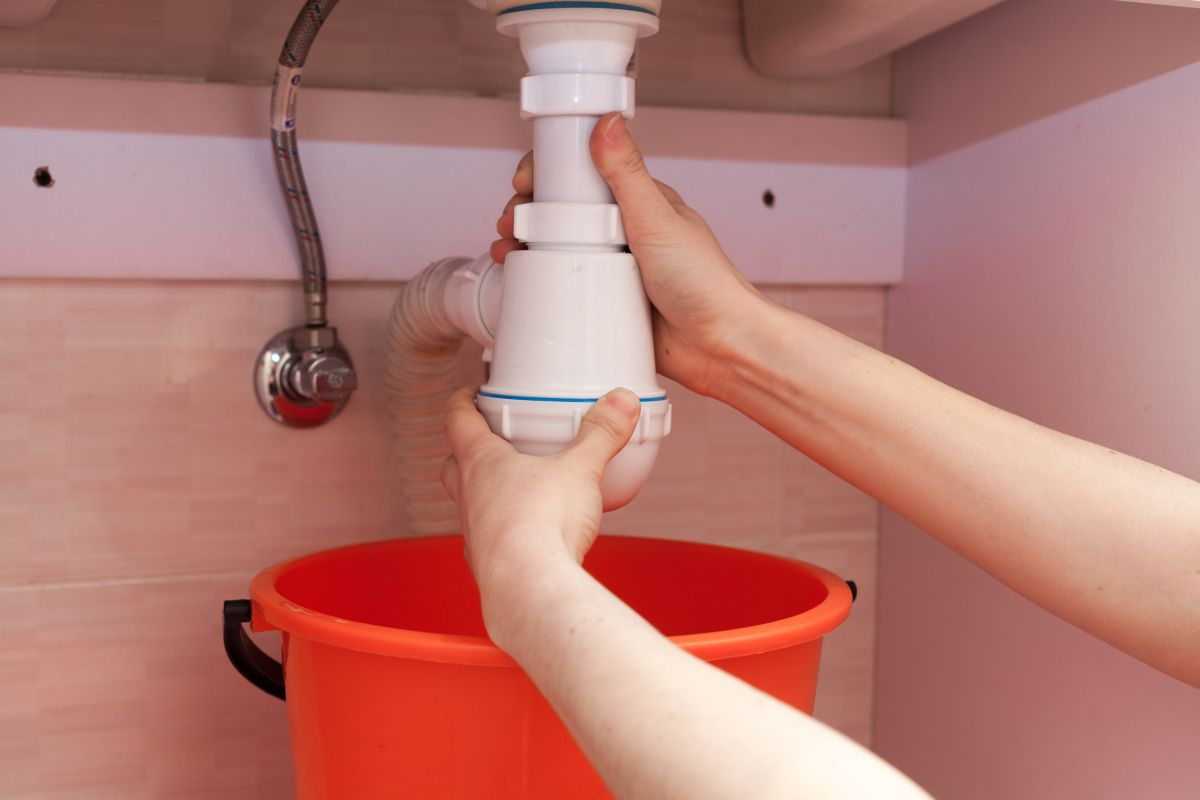 jak wymienić syfon w umywalce